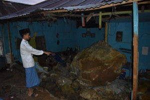 Hantaman Batu Raksasa Nyaris Menelan Lima Korban