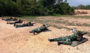 Prajurit Kodim Waykanan Tingkatkan Kemampuan Menembak