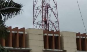 Diduga Putus Cinta, ABG Ancam Terjun Dari Tower Provider