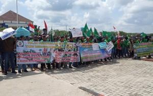 Ratusan Buruh Mesuji Demonstrasi  Di Depan Kantor Pemkab