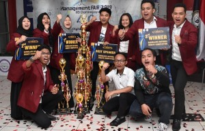 Lomba Debat Manajemen Fair Darmajaya, Telkom University Raih Piala Bergilir